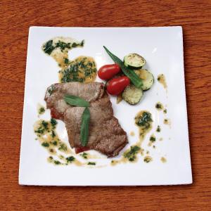 豚肉にプロシュートとセージをのせ、小麦粉をまぶして焼いたイタリアの伝統料理。『豚肉の甘味』『プロシュートの旨味』『セージの香り』各食材の持味が生かされる料理です。
